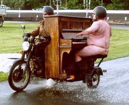 tocar el piano desnudo