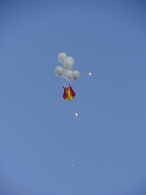20 Manifestación Puerta de Alcalá - Bandera con globos